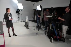 An der Entstehung eines professionellen Videotrainings ist neben dem Dozenten ein großes Film- und Redaktions-Team beteiligt
