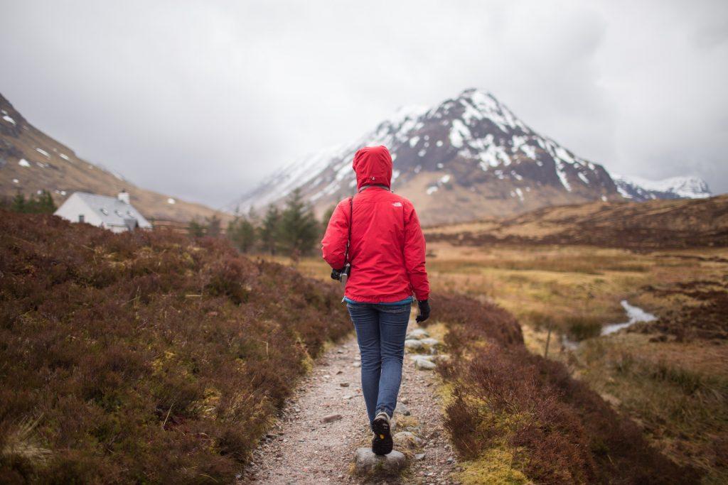 Es muss nicht gleich eine ausgedehnte Wanderung sein, aber täglich mindestens 15, besser 30 Minuten Spazieren trainiert Gehirn und Körper.