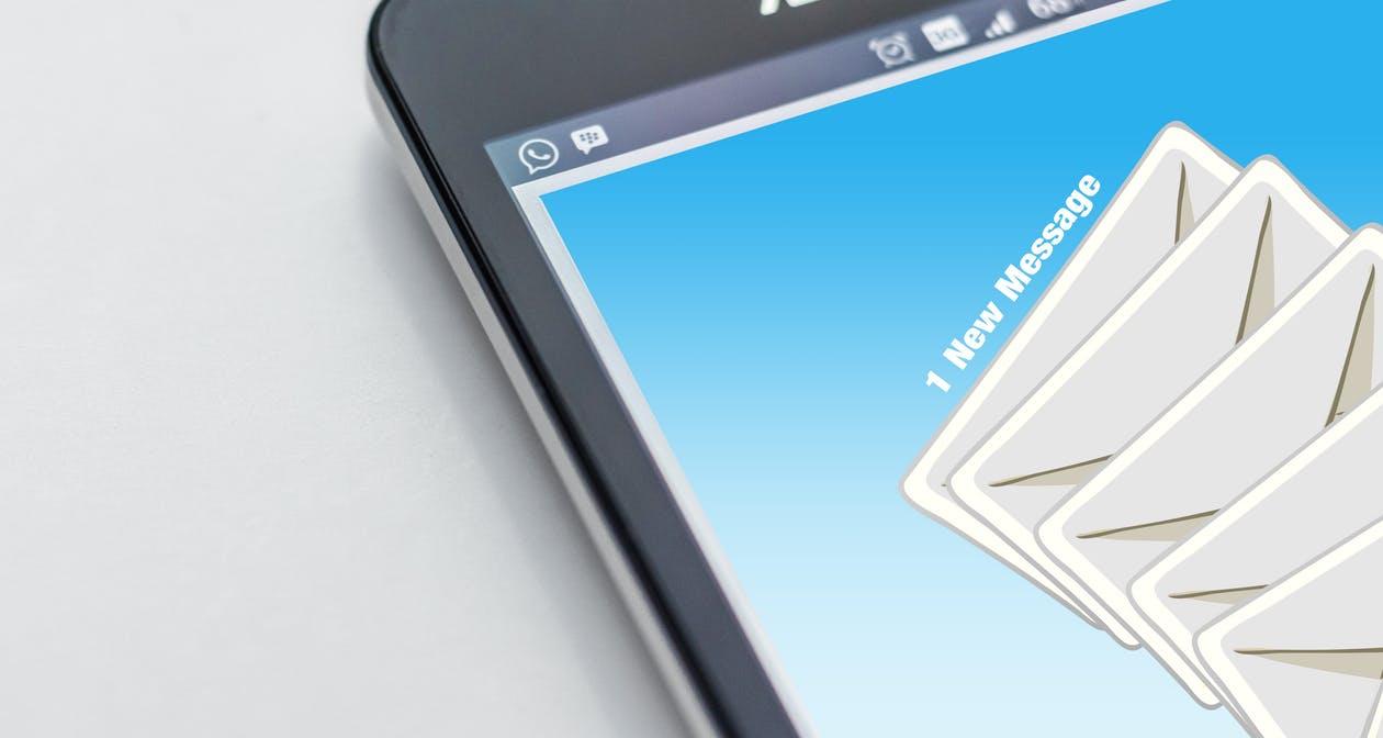 Newsletter und E-Mail in der Inbox.